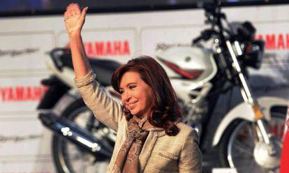 La presidenta argentina, Cristina Fernández de Kirchner, durante la inauguración de una fábrica de motocicletas en Buenos Aires, el miércoles 23 de julio.