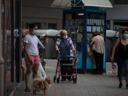 Varias personas pasean por una calle de Barcelona