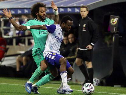Igbekeme protege el balón ante Marcelo.