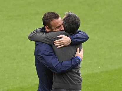 Luis Enrique se abraza efusivamente con Daniel de Rossi, miembro del equipo técnico de Italia, con quien coincidió en la Roma.