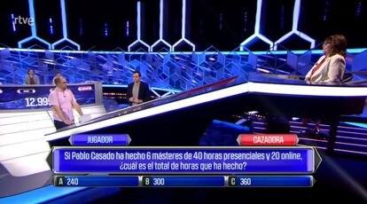 Rótulo con una pregunta sobre Pablo Casado en el programa 'El cazador' de TVE.