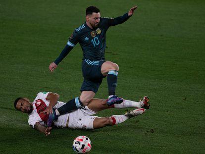 Lionel Messi elude a Alexander Callens durante el Argentina-Perú del pasado 14 de octubre veledero para la clasificación del Mundial de Qatar 2022.  / Florencia Tan Jun/PX Imagens