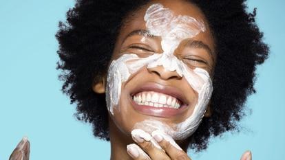 Estos limpiadores están testados dermatológicamente, hidratan la piel y llenan el rostro de suavidad y luz. GETTY IMAGES.