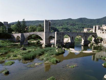 Vista del puente medieval de Besalú.