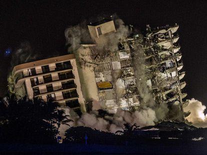 El momento de la demolición del edificio en Miami, este domingo.
