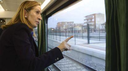 La ministra de Fomento, Ana Pastor, en una línea AVE.