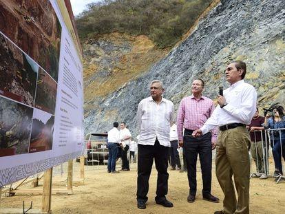 López Obrador supervisa una obra en Badiraguato, momentos antes de que saludara a la madre de El Chapo.