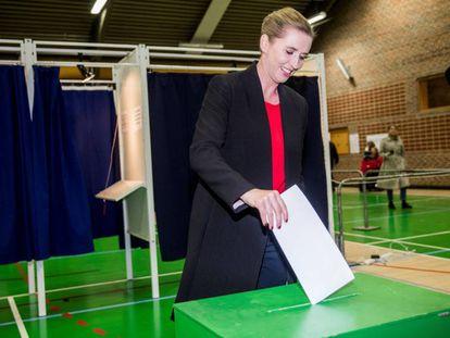 Mette Frederiksen, del Partido Socialdemócrata, vota en las elecciones europeas el 26 de mayo de 2019 en Copenhague.