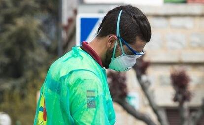 Un sanitario en el municipio madrileño de Cercedilla, el 15 de marzo.