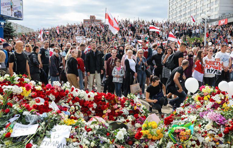 Decenas de miles de personas en la movilización este sábado en Minsk, en homenaje a un manifestante fallecido el lunes durante las protestas.
