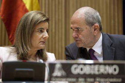 La ministra de Empleo y Seguridad Social, Fátima Báñez, junto a Manuel Chaves.