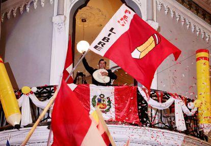 Pedro Castillo saluda a sus seguidores desde la sede de su campaña en Lima, Perú, el lunes por la noche.