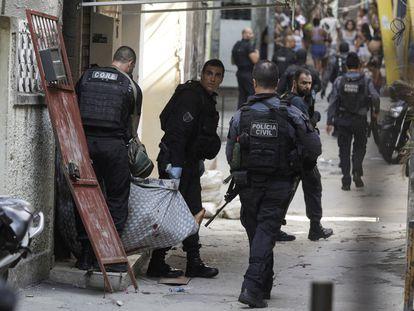 Varios policías trasladan a un herido durante la operación policial en la favela de Jacarezinho, el 6 de mayo.
