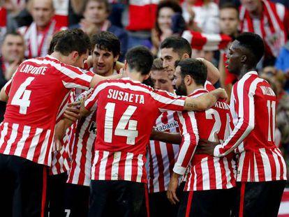 Los jugadores del Athletic celebran el gol de Beñat.