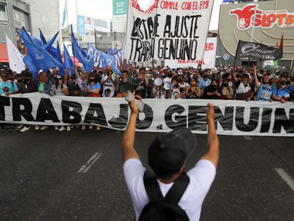 Manifestantes protestan por mejoras laborales el 14 de octubre, en Buenos Aires.
