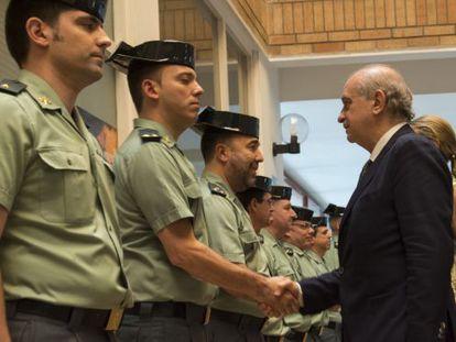 Jorge Fernández Díaz saluda a los guardias civiles de Lleida