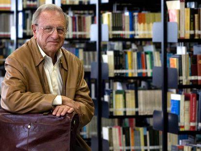 El neurólogo Joaquín Fuster, en la biblioteca de la Universidad Pompeu Fabra de Barcelona en 2007