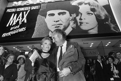 Michel Piccoli  y Romy Schneider, tras el estreno de 'Max y los chatarreros' de Claude Sautet, en París en 1971.