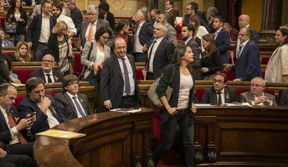 Los grupos de Ciudadanos, PSC y PP, abandonando el Parlament ante la aprobación de la declaración independentista.