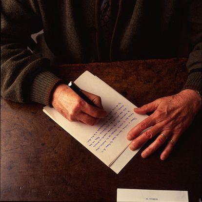 Las manos del escritor Miguel Delibes.