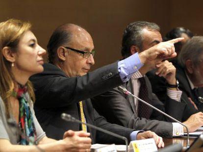 El ministro Cristóbal Montoro da la palabra a un periodista tras la reunión del Consejo de Política Fiscal y Financiera del jueves.