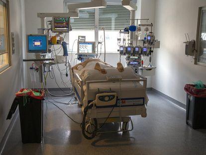 Un paciente crítico en una de las camas de la UCI del Hospital de Torrejón, en Madrid, el pasado 28 de octubre de 2020.