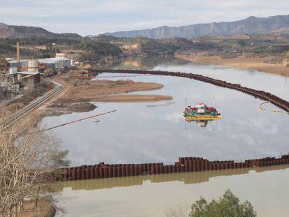 Trabajos de descontaminación del pantano de Flix
