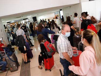 Decenas de pasajeros esperan este jueves en la estación de Sants, en Barcelona, para acceder a su tren.