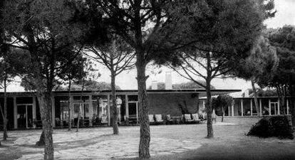 El edificio de Coderch para el club de gol de El Prat, a finales de los años cincuenta, en pleno uso.