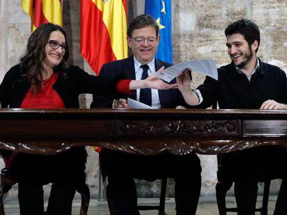 El presidente de la Generalitat, Ximo Puig, la vicepresidenta del Consell, Mónica Oltra, y el líder de Podem, Antonio Estañ (d), firman el proyecto de Presupuestos de la Generalitat para 2019.