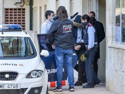 El informático, presunto cabecilla de la red de falsificación, sale detenido de su casa en S'Agaró el martes.