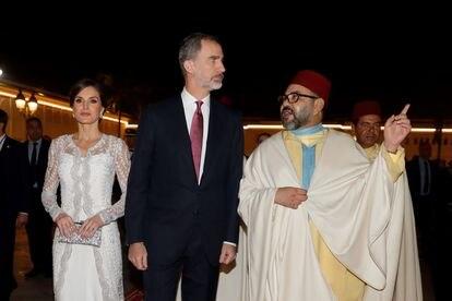 Los reyes Felipe y Letizia, junto al rey Mohamed VI, a su llegada a la cena de gala ofrecida por Mohamed VI a los monarcas españoles el 11 de agosto en el Palacio Real de Rabat.