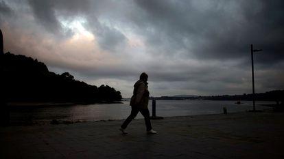 Una mujer camina por el paseo marítimo de Cabanas (A Coruna) el pasado día 15 de octubre.