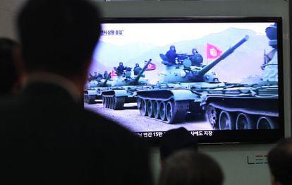 Surcoreanos siguen en televisión una información sobre Corea del Norte.