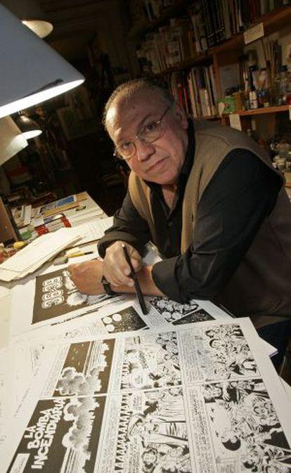 Carlos Giménez, ante su mesa de trabajo.
