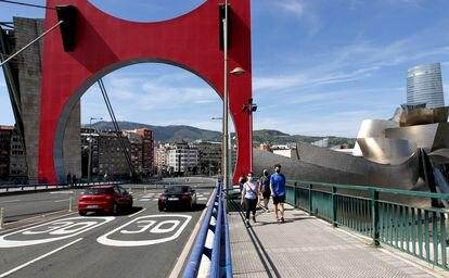 Señalización de limitación de velocidad en el puente de la Salve de Bilbao, este sábado.