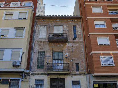 Número 141 de la calle José Benlliure de Valencia, donde fue hallado el cadáver momificado de María Amparo Plaza.