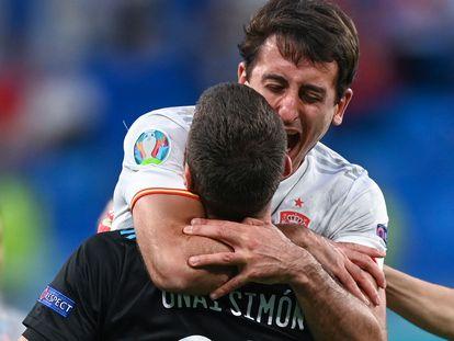 Oyarzabal abraza a Unai Simón tras clasificarse para las semifinales.