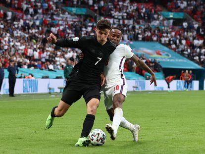 Havertz y Sterling pugnan por un balón durante el Inglaterra-Alemania.