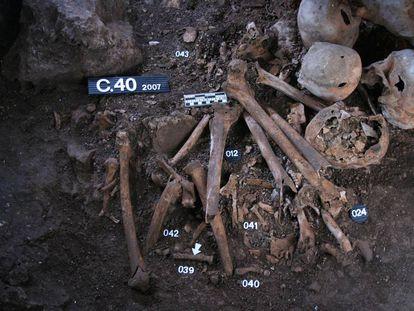 Restos humanos hallados en la cueva de la los Cuarenta (Córdoba) y que han sido analizados en el estudio.