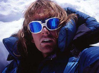 Iñaki Ochoa, en la cima del 'ochomil' nepalí Lhotse, en fecha sin determinar. Arriba, con sus compañeros de ascensión al Annapurna -Horia Colibasanu y Don Bowie-, en el campamento base, 15 días antes de morir.