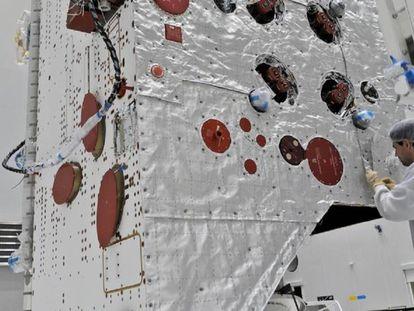 Un técnico de la ESA instala los aislantes desarrollados para la BepiColombo.