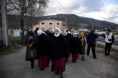 Monjas reparadoras y seguidores de las apariciones de El Escorial, tras la misa celebrada este sábado en el municipio.