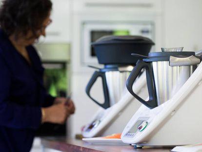 Una mujer prepara comida con la Thermomix.