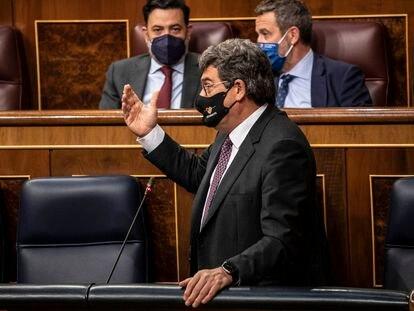 El ministro de Inclusión, Seguridad Social y Migraciones, José Luis Escrivá, durante su intervención en la sesión de control al Ejecutivo de este miércoles en el Congreso