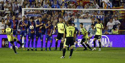 Gabi tira a puerta en el Levante-Zaragoza de 2011.