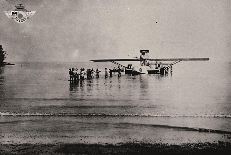 Un hidroavión de la Patrulla Atlántida es remolcado en Santa Isabel, en Fernando Poo.