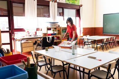 Una profesora prepara su aula de infantil para la vuelta al cole, en el colegio Fuente del Palomar (Alcorcón).