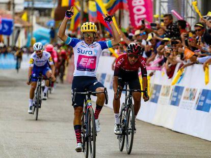 Sergio Higuita levanta los brazos ante Egan y Alaphilippe.