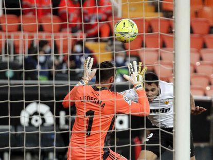 Maxi Gómez, tras cabecear el balón ante Ledesma este lunes en Mestalla en el gol del empate del Valencia ante el Cádiz.